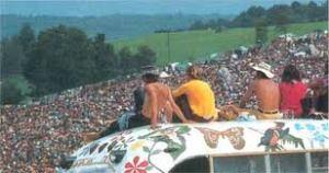 Woodstock gente y autobús fon gente en el techo