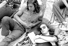 dos chicos en grada tumbados