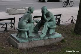 escultura parque hombre mujer