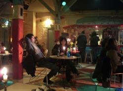 Interior pub chico chica