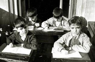 Cuatro niños corazonistas pensativos