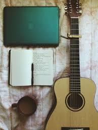 guitarra, libreta ordenador