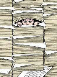 Hombre asoma entre papeles