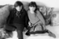 NIÑO Y NIÑA EN SOFÁ (4)