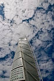 torre hacia el cielo con nubes