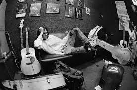Neil en sofá con guitarras