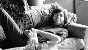 Neil Young en sofá con flecos