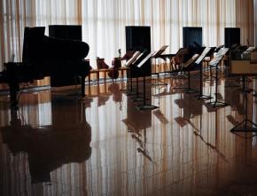 auditorio-atriles-y-piano-vacio