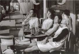 jovenes-al-sol-en-terraza-cafe