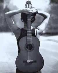 Mujer espalda guitarra