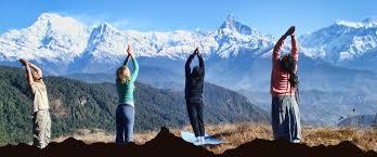 yog al aire libre con montañas