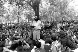 Ginsberg leyendo en multitud
