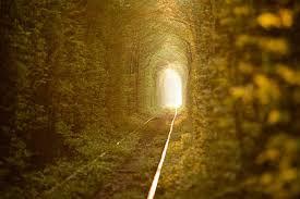 túnel con vías estrechas