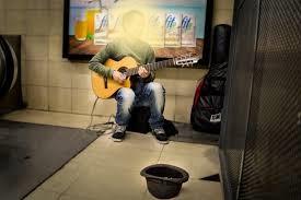 Músico en el metro retocado