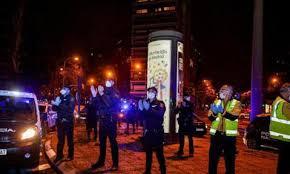 Policía noche aplaudiendo